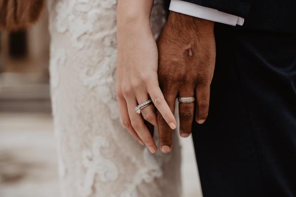 两个人戴着银色的戒指