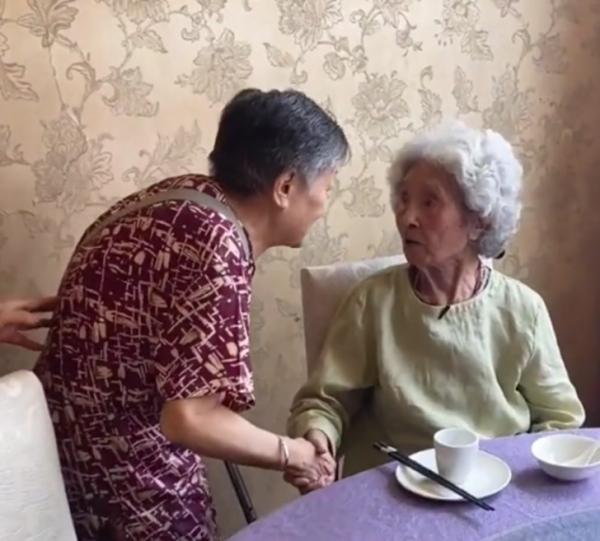 <strong>「你住在哪个地方?87岁了」百岁奶奶聊天全程答非所问,但不影响感情!</strong>
